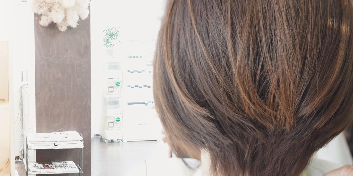 女性の後ろ姿の写真